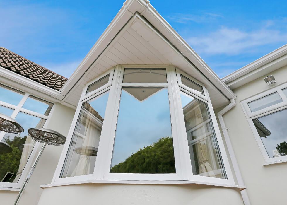 https://www.stedek.co.uk/wp-content/uploads/2018/04/White-uPVC-bow-window-close-up.jpg