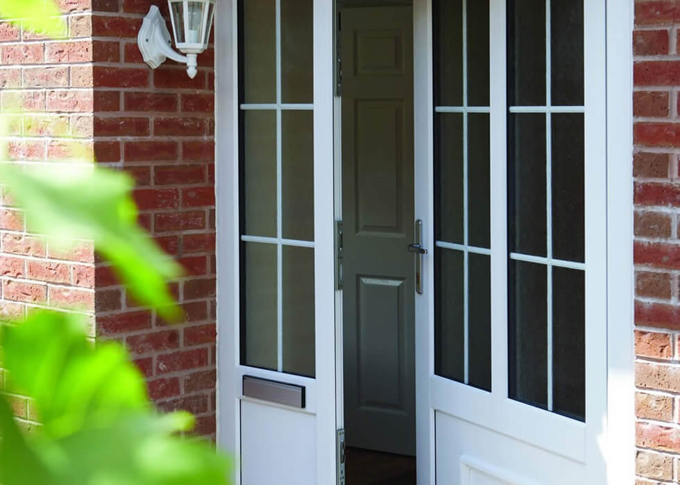 https://www.stedek.co.uk/wp-content/uploads/2018/04/White-uPVC-entrance-door-with-side-panel.jpg